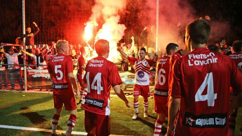 Betekom - K. Lyra-Lierse: Elio Balbi viert met spelers en supporters